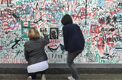 Le duo ArtyMooï tague les murs de Milan